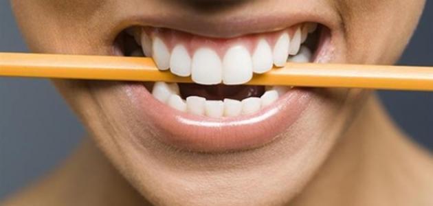 أسباب وعلاج الضغط على الأسنان أثناء النوم - فيديو