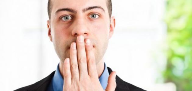 طرق لإزالة رائحة البصل من الفم