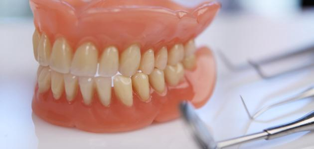كيفية تنظيف طقم الأسنان المتحرك