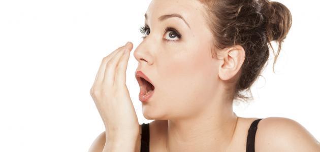 كيف تتخلص من رائحة الثوم من الفم