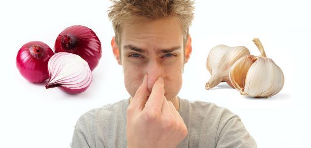 طريقة لإزالة رائحة الثوم من الفم
